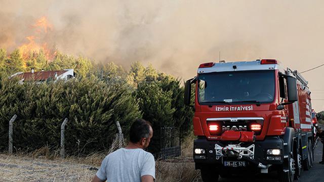 Son dakika... İzmir, Urla'daki orman yangını, Yukarı Orhanlı Köyü'ne sıçradı. Köy tedbir amaçlı boşaltıldı