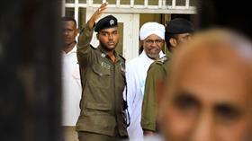 Sudan'ın devrik lideri Beşir hakim karşısında
