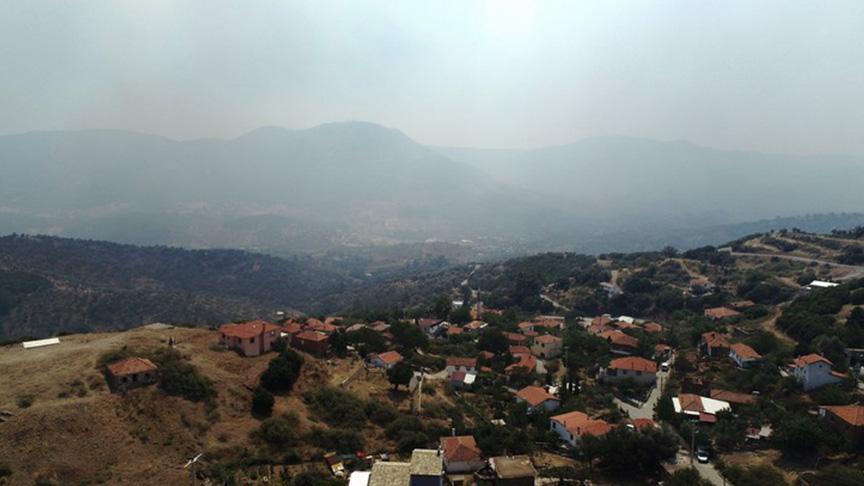 İzmir'de 500 hektarlık alanda etkili olan yangın havadan görüntülendi