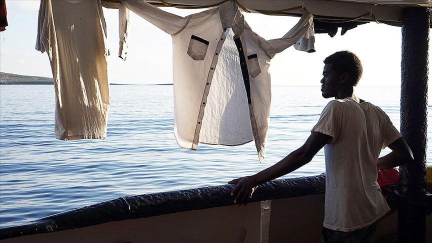 Kurtardığı göçmenlerle denizde seyreden gemi için İspanya'dan teklif