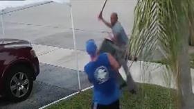 Çöpten Çıkan El Arabasını Almak İçin Kılıçla Saldırdı!