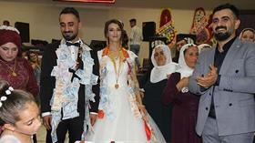 Aşiret düğününde şaşırtan hediye: Evlenen kardeşine 50 bin liralık 5 adet akıllı telefon taktı