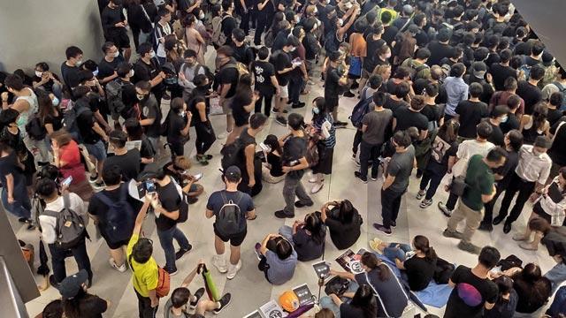 Hong Kong'da  oturma eylemli protestolar sürüyor