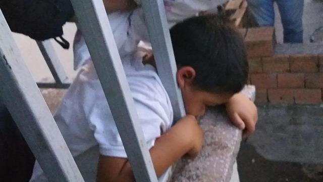 Kafası balkon korkuluğuna sıkışan çocuk kurtarıldı