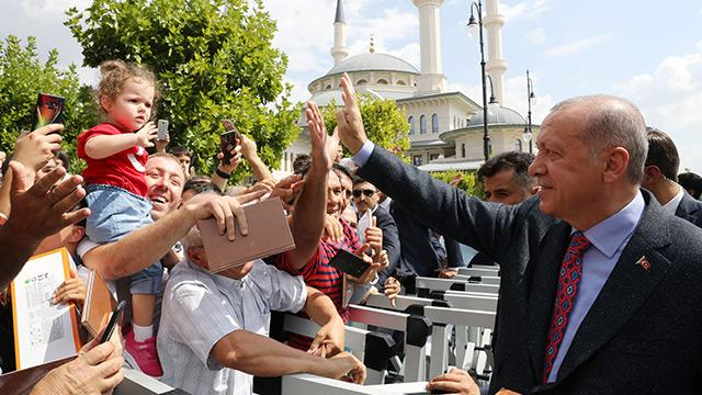 Başkan Erdoğan cuma namazı çıkışı halk ile hasbihâl etti