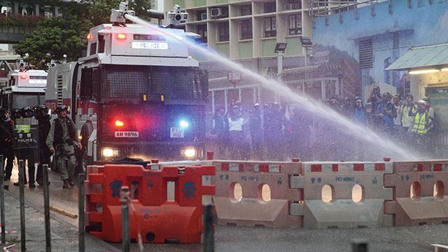 Hong Kong polisi protestoculara tazyikli su ve göz yaşartıcı gazla müdahale etti