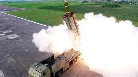 """Kuzey Kore, yeni """"süper büyük"""" çoklu füze fırlatma sistemini denedi"""
