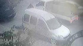İstanbul'da park halindeki bir araçtan 5 bin liralık ses sistemini çalan hırsızlar kameraya yakalandı