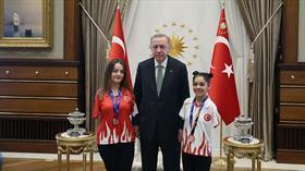 Başkan Erdoğan paralimpik yüzücüleri kabul etti