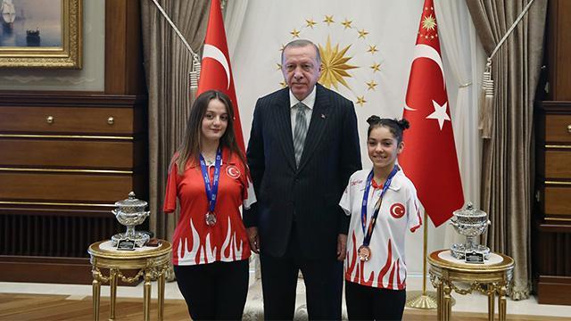 Başkan Erdoğan, milli sporcular Sümeyye ve Sevilay'ı kabul etti