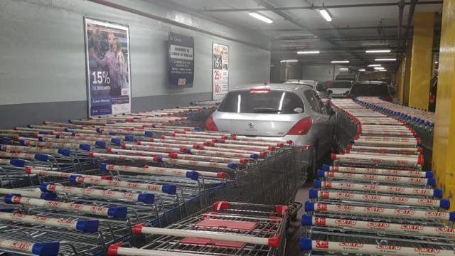 Yanlış yere park eden sürücüye market çalışanlarından sürpriz