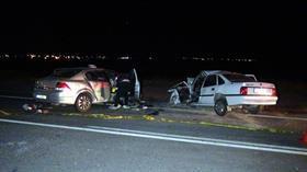 Otomobiller kafa kafaya çarpıştı: 3 ölü