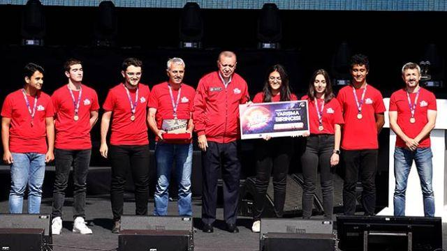 TEKNOFEST ödüllerini yarışmacılara Başkan Erdoğan verdi
