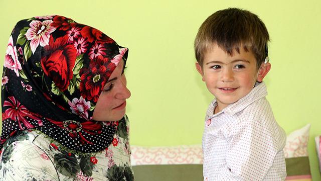 """Biyonik kulaklık takılan küçük Yusuf ilk olarak """"baba"""" dedi"""