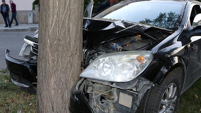 Otomobil refüjdeki ağaca çarptı: 3 yaralı
