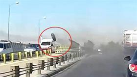 Konya'da akılalmaz kaza! Seyir halindeki kamyonun tekerleği araçların üzerine fırladı
