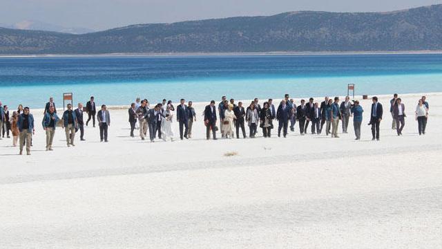 Burdur Valisi'nden Salda Gölü çıkışı: İhlal edenin elini kırarlar