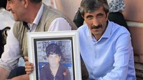 HDP binası önünde eylem yapan baba: Kendi çocuklarının eline keman, bizimkilerin eline silah veriyorlar