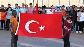 Afrikalı öğrenciler Komando marşı okuyarak Mehmetçiğe destek verdi