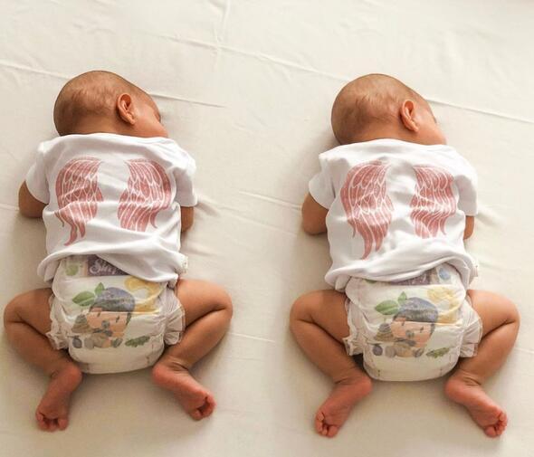 Pelin Akil ikizlerin yüzünü ilk kez gösterdi