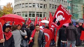 Almanya'da yaşayan Türklerden 'Vatanına Bayrağına Sahip Çık' mitingi
