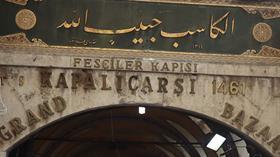 Kapalçarşı'da tarihi kitabeye matkaplı darbe