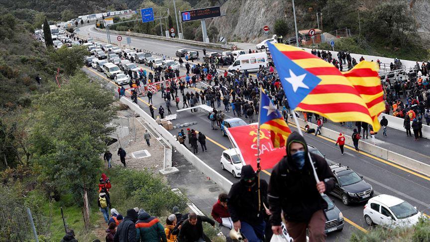 Ayrılıkçı Katalanların eylemi polisin müdahalesiyle sona erdi