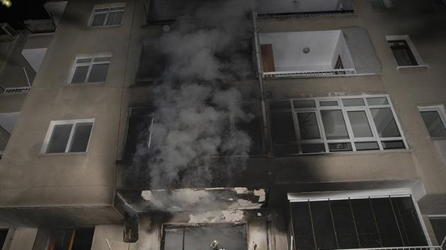 Yangında alevler arasında kalan yaşlı kadın balkondan atladı