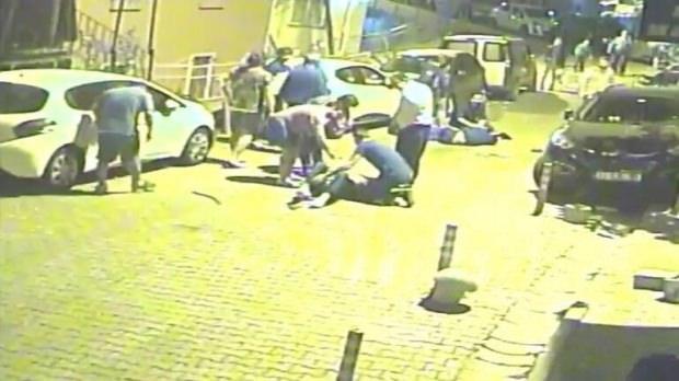 Park halindeki otomobile çarpan motosikletliler havada taklalar attı... Mahalleli sokağa döküldü, yaşananlar kameraya yansıdı