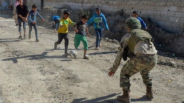 Mehmetçik, Resulayn'da çocuklarla top oynadı