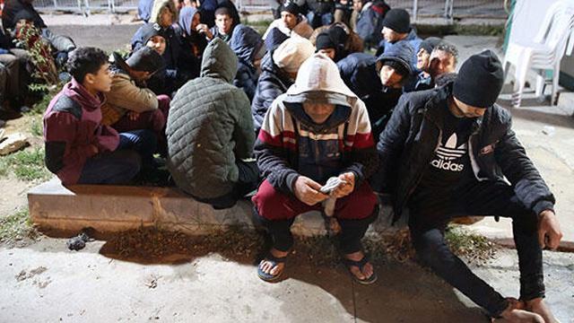 Düzensiz göçmenlerin Yunan askerlerince darbedilip Türkiye'ye  gönderildiği iddia edildi