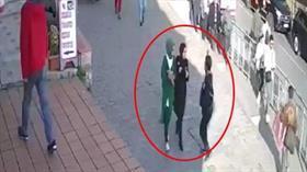 İstanbul Karaköy'de başörtülü kıza çirkin saldırı! Saniye saniye kaydedildi
