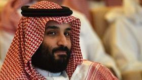 Bin Selman'ın ülkesi Suudi Arabistan'da iğrenç olay! Arabistanlı kadın iç çamaşırını sahneye fırlattı