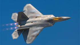 ABD'nin başka ülkelere vermekten kaçındığı F-22 Raptor'un havada yakıt ikmali yaptığı anlar görüntülendi
