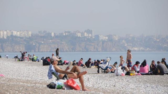 Kış geliyor Antalya'da sahiller hala dolu