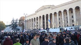 Gürcistan'da binlerce gösterici parlamento binasını kuşattı