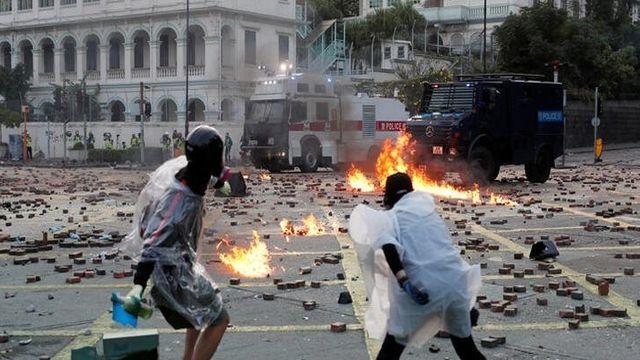 Hong Kong'ta sokaklar savaş alanına döndü! Göstericiler, polisi o silahla vurdu