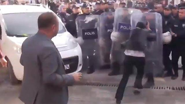 HDP'li vekil Ayşe Sürücü kendini kaybedip polis kalkanına kafa attı