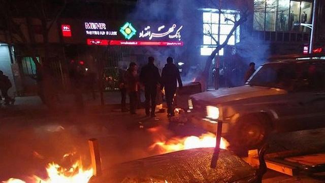 İran'daki gösterilerde bir polis öldürüldü