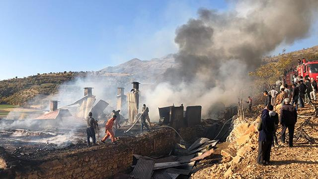 Elazığ'da yangın: 3 ev kullanılamaz halde