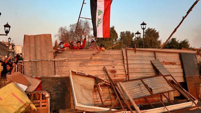 Irak'ın başkenti Bağdat'ta göstericiler Ahrar Köprüsü'ne yerleşti