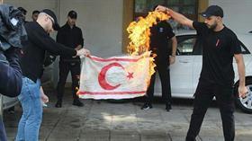 Son dakika: KKTC bayrağı yakan Rumların kimlikleri tespit edildi