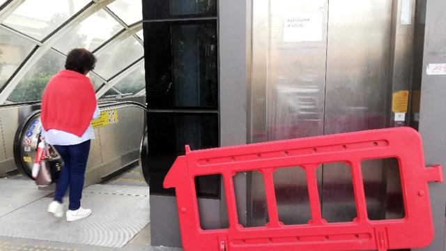 Metrobüsteki bozuk asansöre vatandaş isyan etti