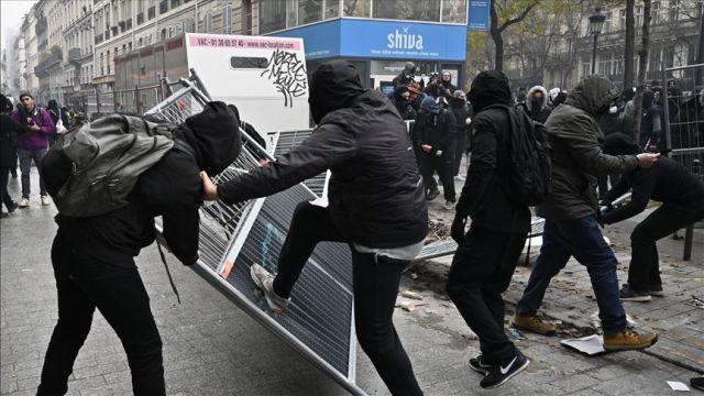 Paris'te polis göstericilere sis bombasıyla müdahale ediyor