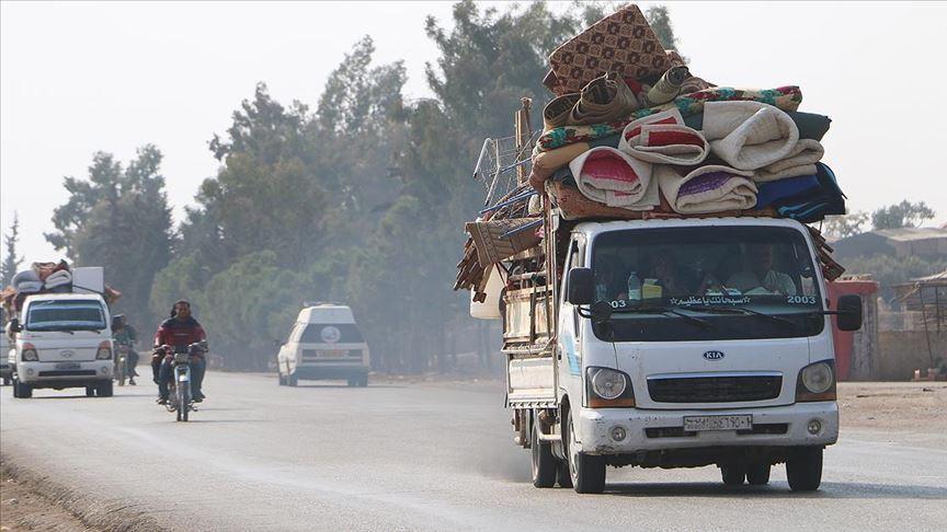 Yerinden edilen 25 bin Suriyeli Türkiye sınırına yakın bölgelere kaçtı