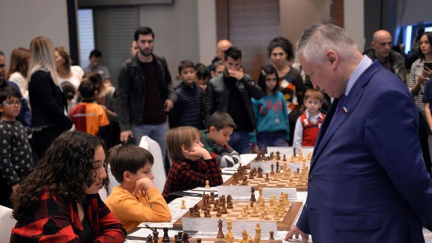 12 yaşındaki Işıl, satranç üstadı Usta Karpov'a havlu attırdı