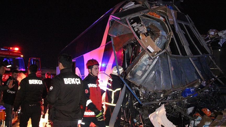 Feci kaza! Kargo kamyonu ile otobüs çarpıştı; 2 ölü 26 yaralı
