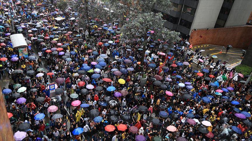 Kolombiya'da Hong Kong'taki 'şemsiye devrimi'ne benzer görüntüler ortaya çıktı