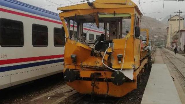 Sivas'ta demir yolunda iş makineleri çarpıştı: 1 ölü, 4 yaralı