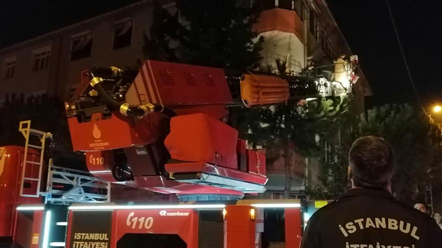 Pendik'te 4 katlı apartmanın çatısında yangın!